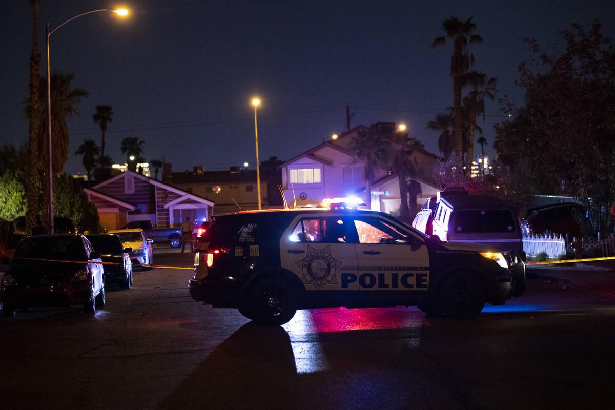 Agentes de la policía de Las Vegas investigan la escena del homicidio en Montcliff Avenue en S ...
