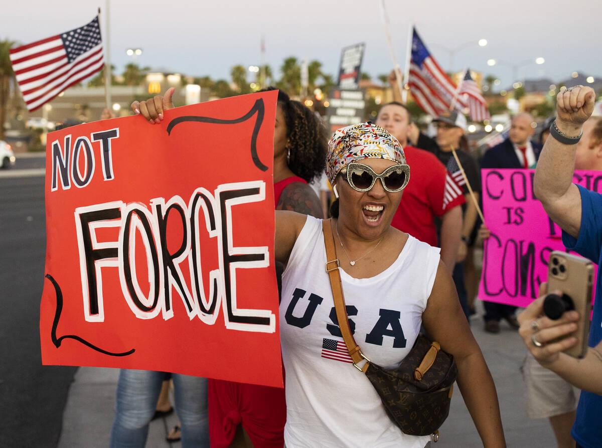 Cientos de manifestantes con causas que van desde los mandatos de vacunación y cubrebocas, has ...