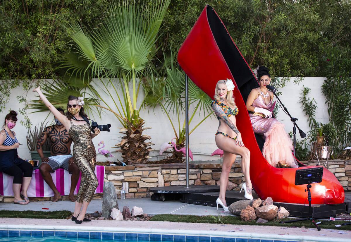 La estrella pin-up Sabina Kelley y la fotógrafa y artista de burlesque Bettina May durante Pod ...