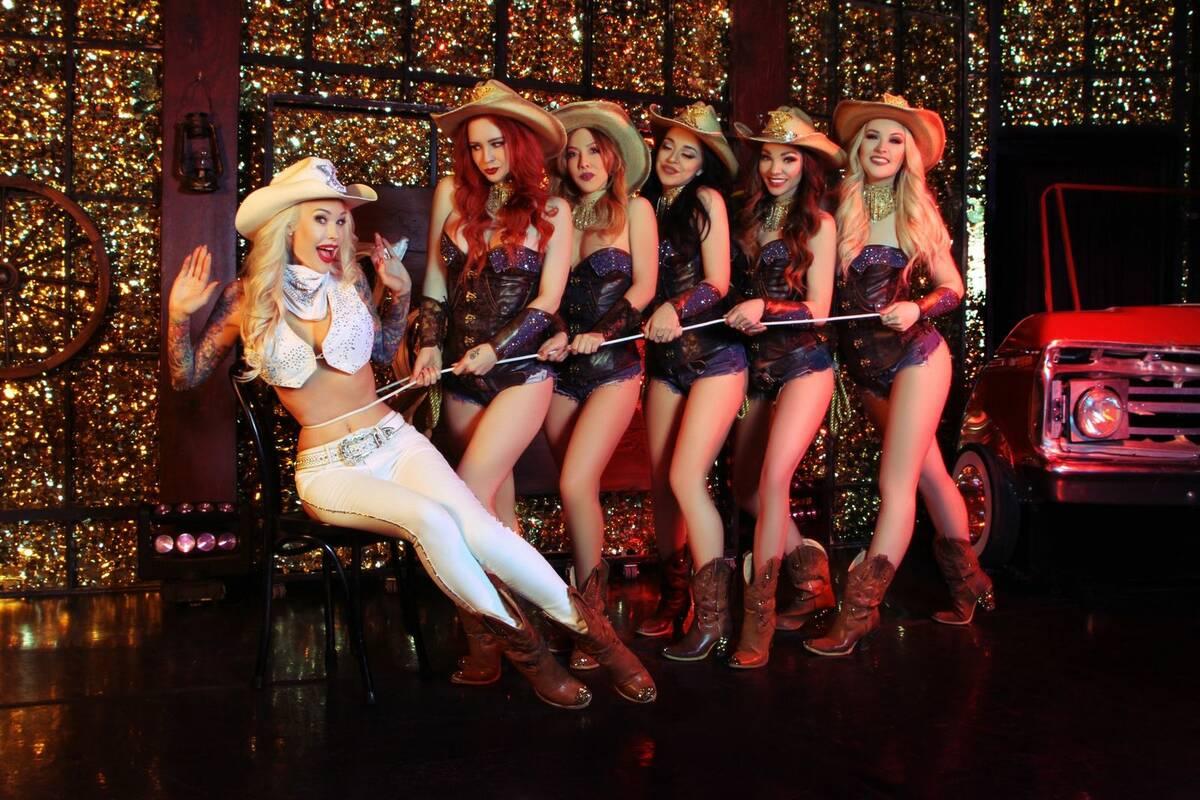 """Sabina Kelley con el reparto de """"X Country"""" en Harrah's Cabaret. (Cortesía)"""