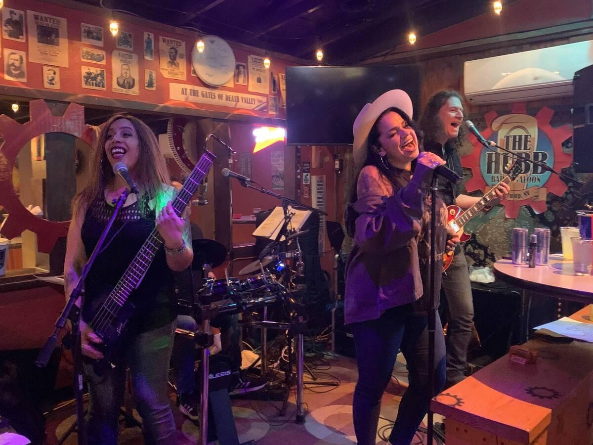 Merry Adin, Stephanie Sánchez y Steve Heath de The Trust en el Hubb en Pahrump el sábado 6 de ...