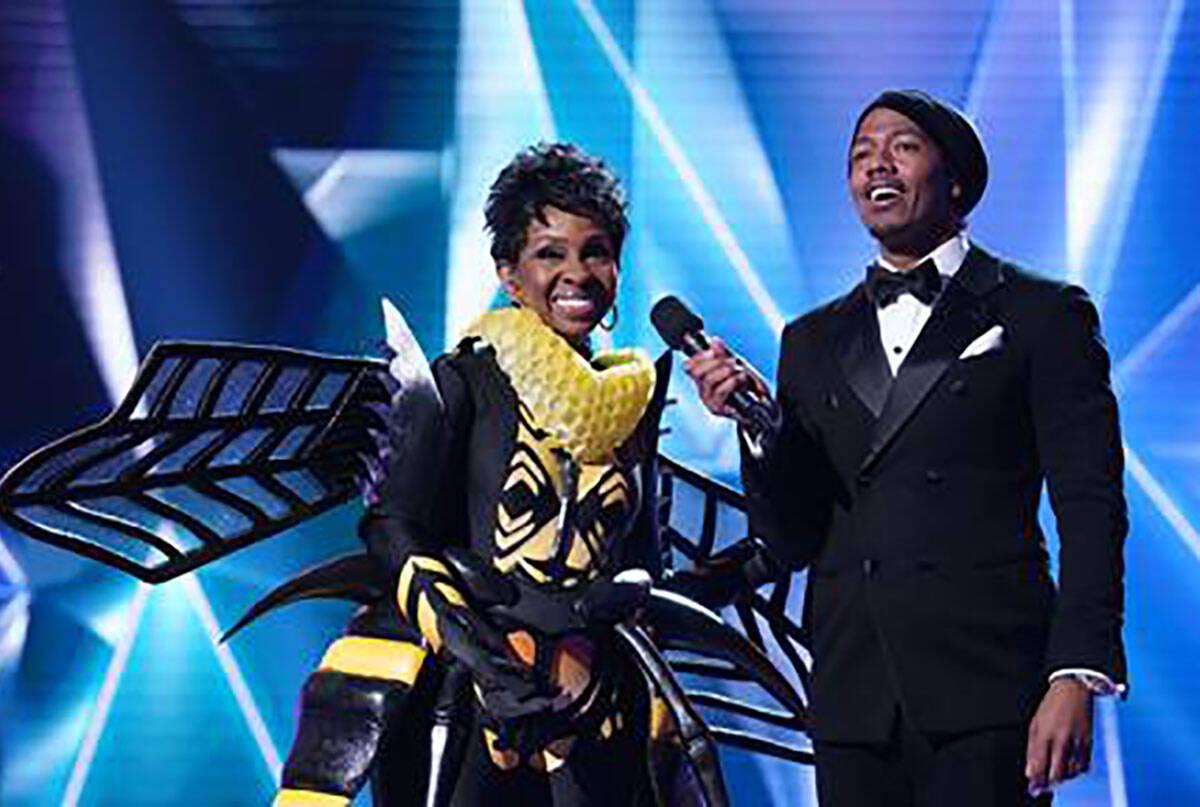 """La abeja era Gladys Knight en """"The Masked Singer"""". Con Knight está el presentador Nick Cannon ..."""