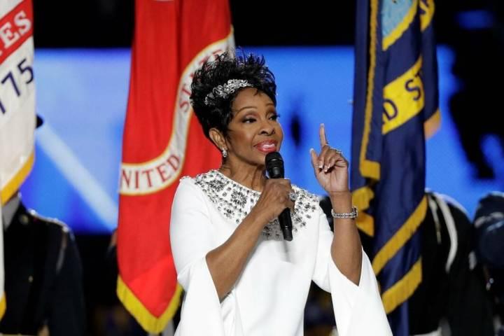 Gladys Knight canta el himno nacional en el Súper Tazón 53 entre los Rams y los Patriots en f ...
