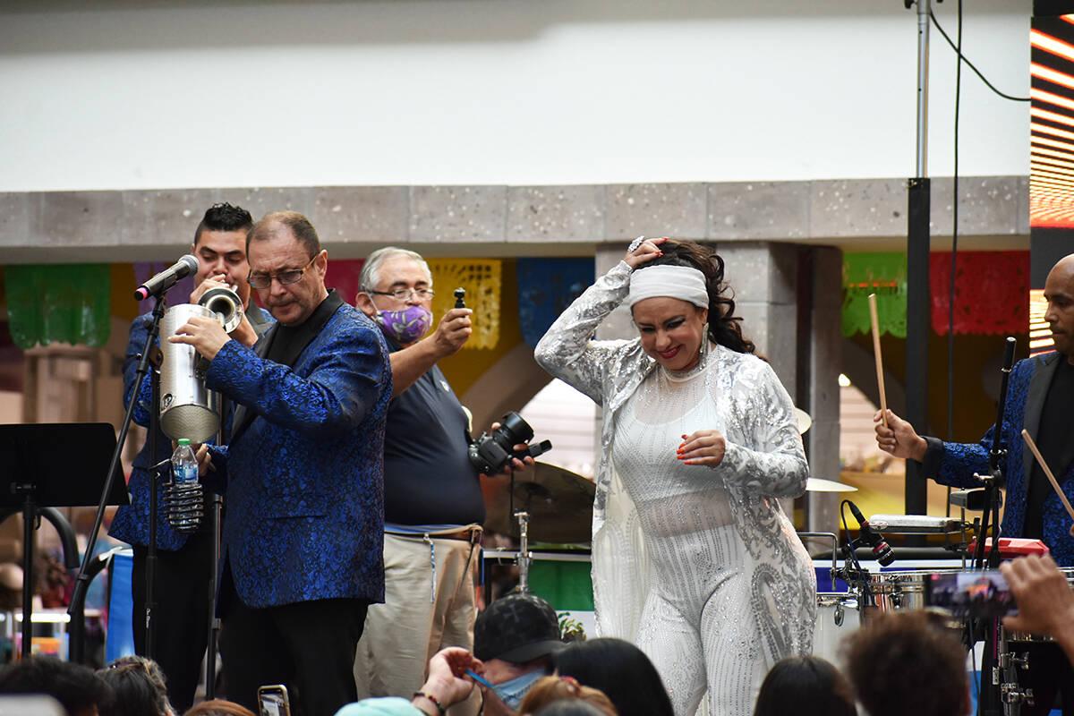 La Sonora Dinamita de Vilma Díaz se presentó en una celebración para dar inicio al Mes de la ...