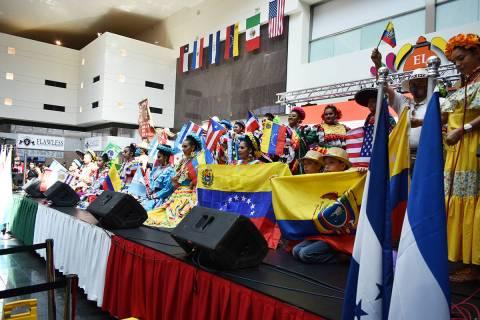 Cientos de personas disfrutaron de una atractiva celebración para dar inicio al Mes de la Here ...