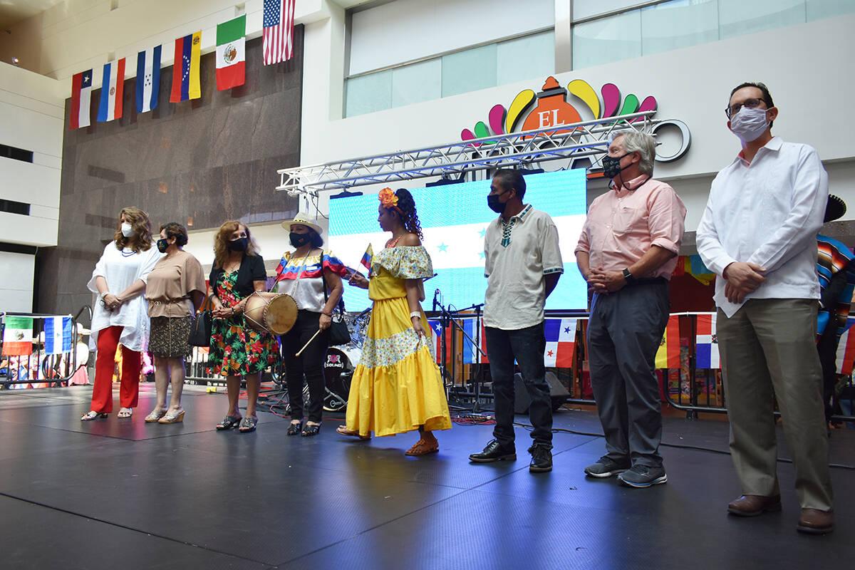 Funcionarios públicos e invitados especiales son presentados en el escenario durante una celeb ...