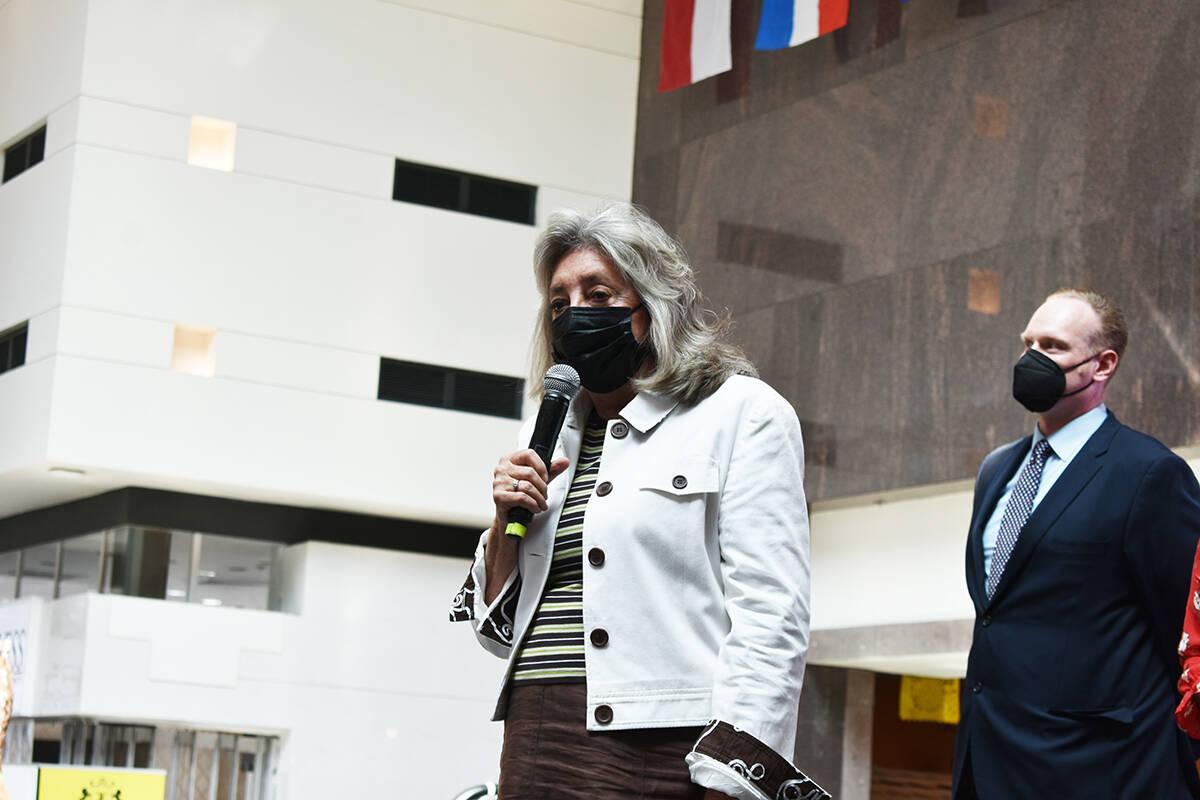 La congresista Dina Titus se sumó a la celebración para dar inicio al Mes de la Herencia Hisp ...