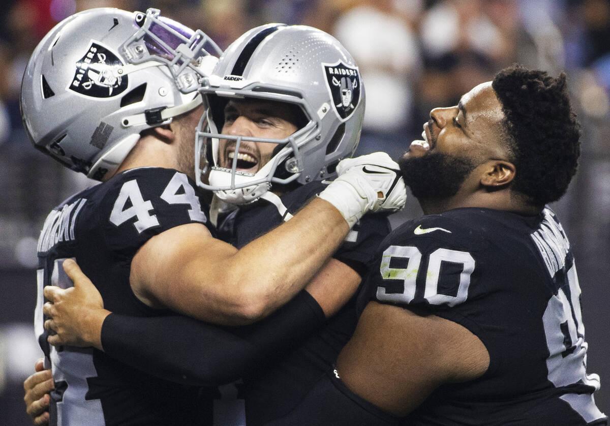 El quarterback de los Raiders, Derek Carr (4), celebra una gran jugada con el inside linebacker ...