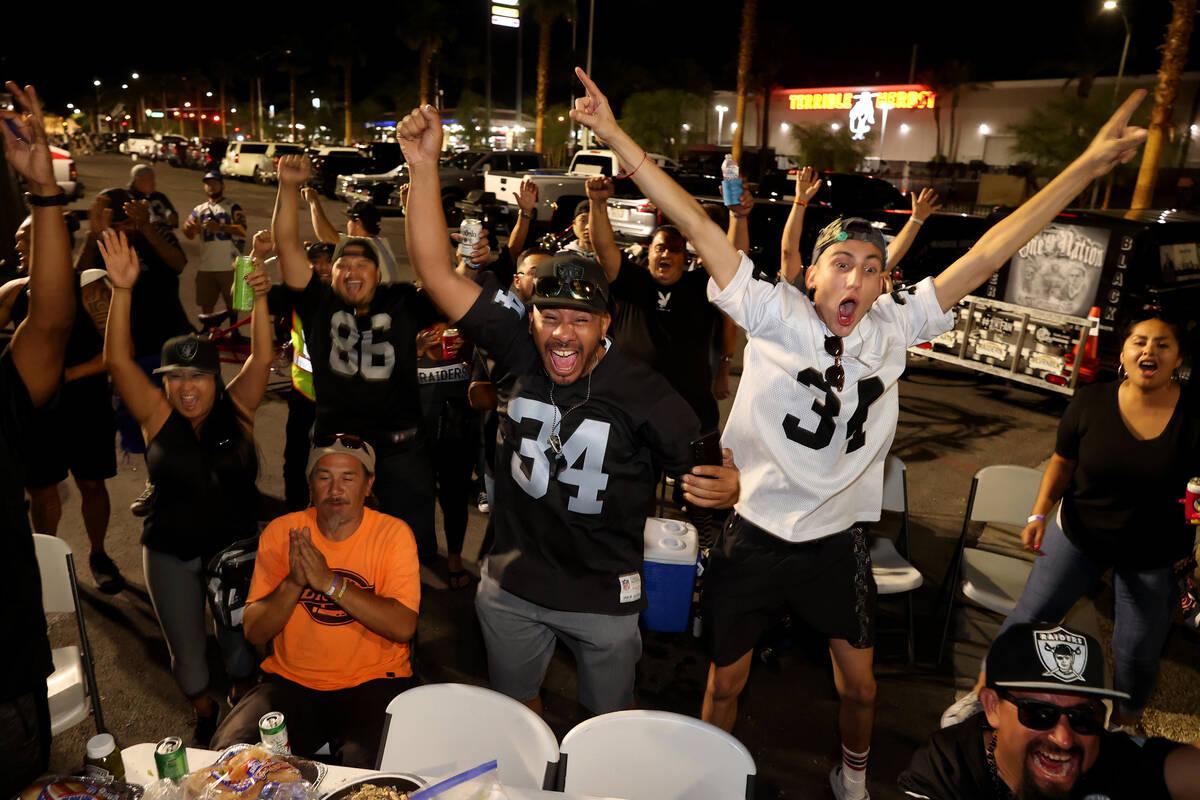 """Fans, entre ellos Marcus Camarena, a la derecha, y Tony """"Tony Vegas"""" Ocoro, ambos de Las Vegas, ..."""