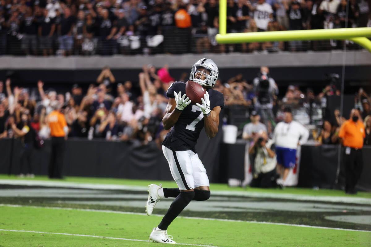 El wide receiver de los Raiders, Zay Jones (7), hace una captura para un touchdown para ganar e ...