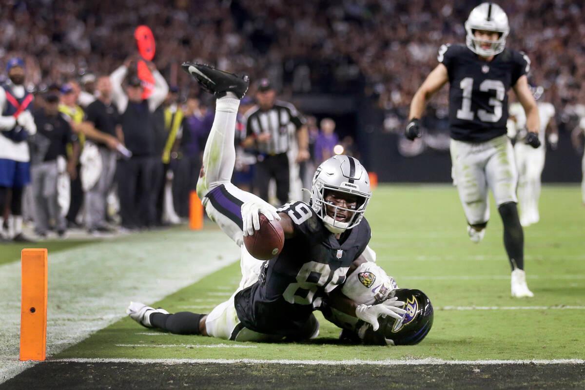 El wide receiver de los Raiders, Bryan Edwards (89), se queda corto de un touchdown mientras es ...