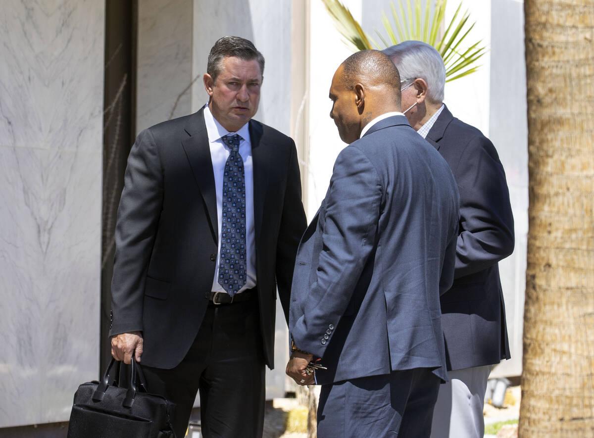 Scott Gragson, a la izquierda, un corredor de bienes raíces de alto perfil que se declaró cul ...