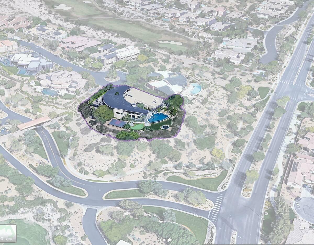 La mansión de 10,621 pies cuadrados de 5 Promontory Ridge Drive en Las Vegas, que se ve aquí, ...
