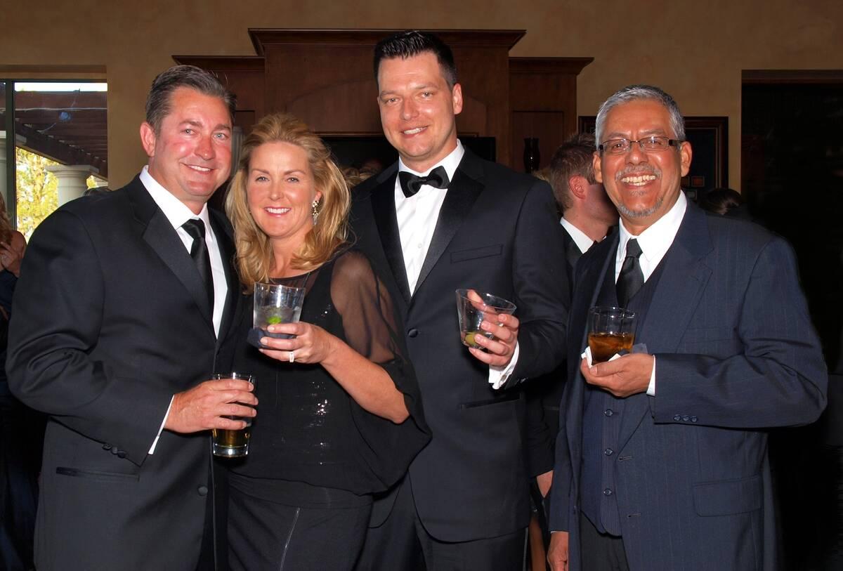 De izquierda a derecha, Scott y Jill Gragson, Robert Torres Jr. y Robert Torres Sr. (Archivo de ...