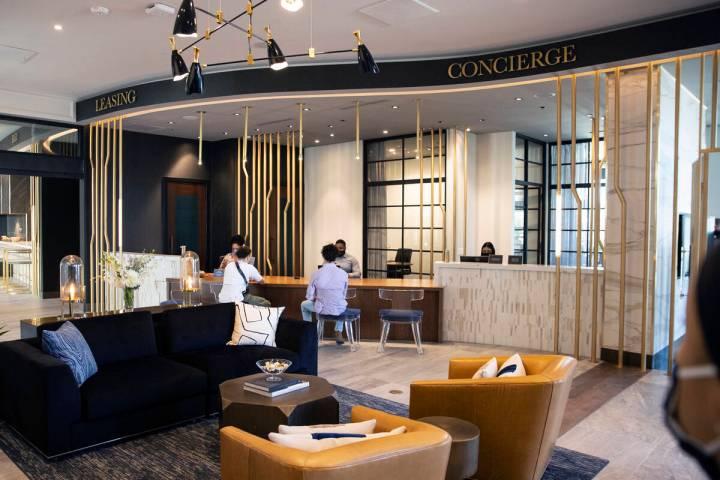 El vestíbulo principal del apartamento de lujo Auric Symphony Park, la primera comunidad resid ...