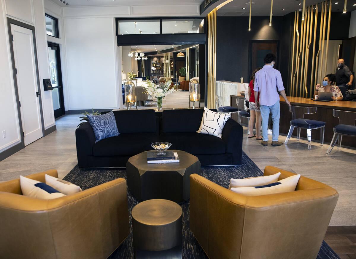 El vestíbulo principal de los apartamentos de lujo Auric Symphony Park, la primera comunidad r ...