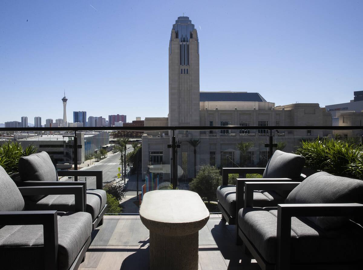 Stratosphere y Symphony Park se ve desde el salón de residentes en Auric Symphony Park, la pri ...