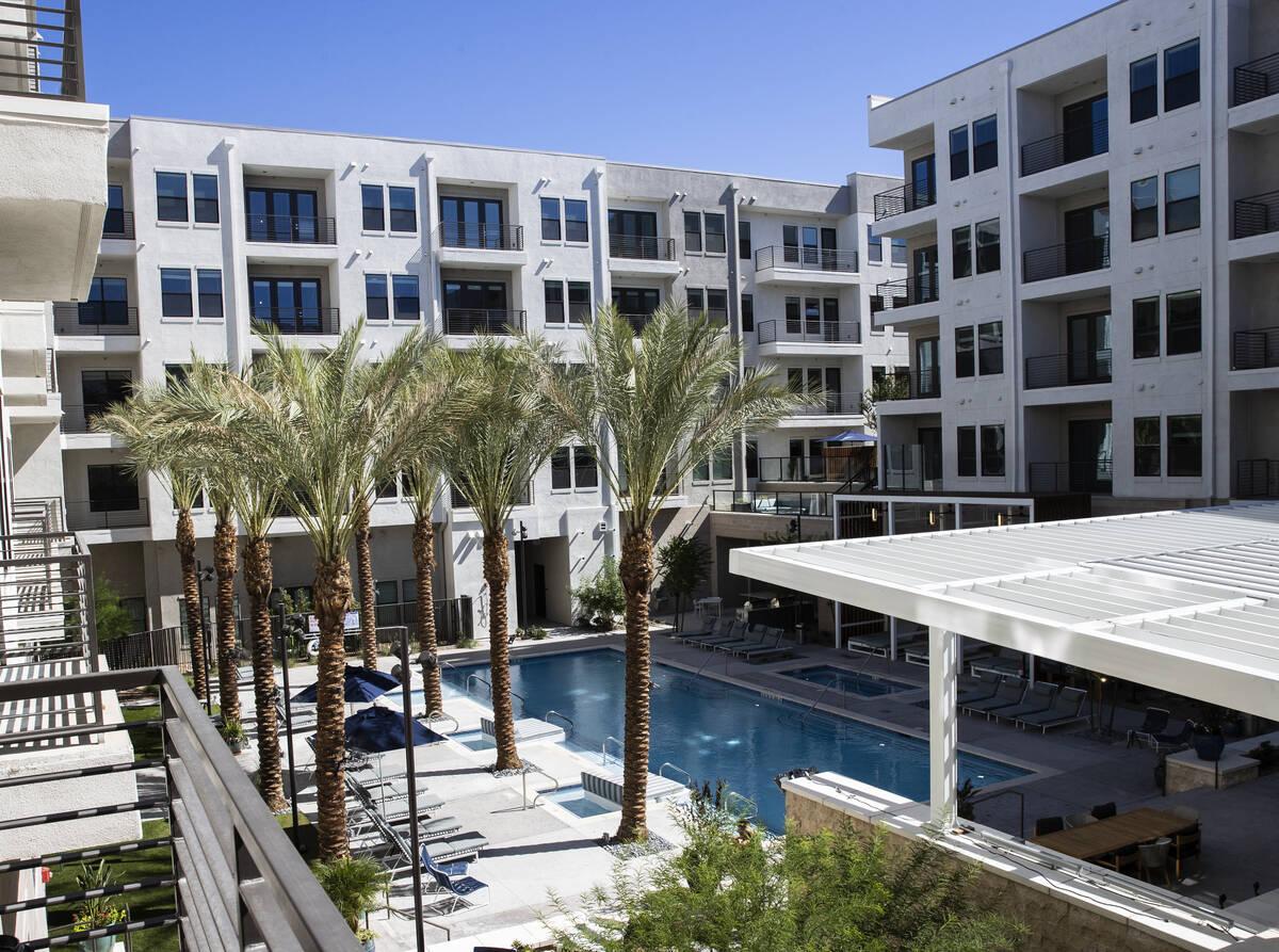 Zona de piscina vista desde el balcón del segundo piso en Auric Symphony Park, la primera comu ...