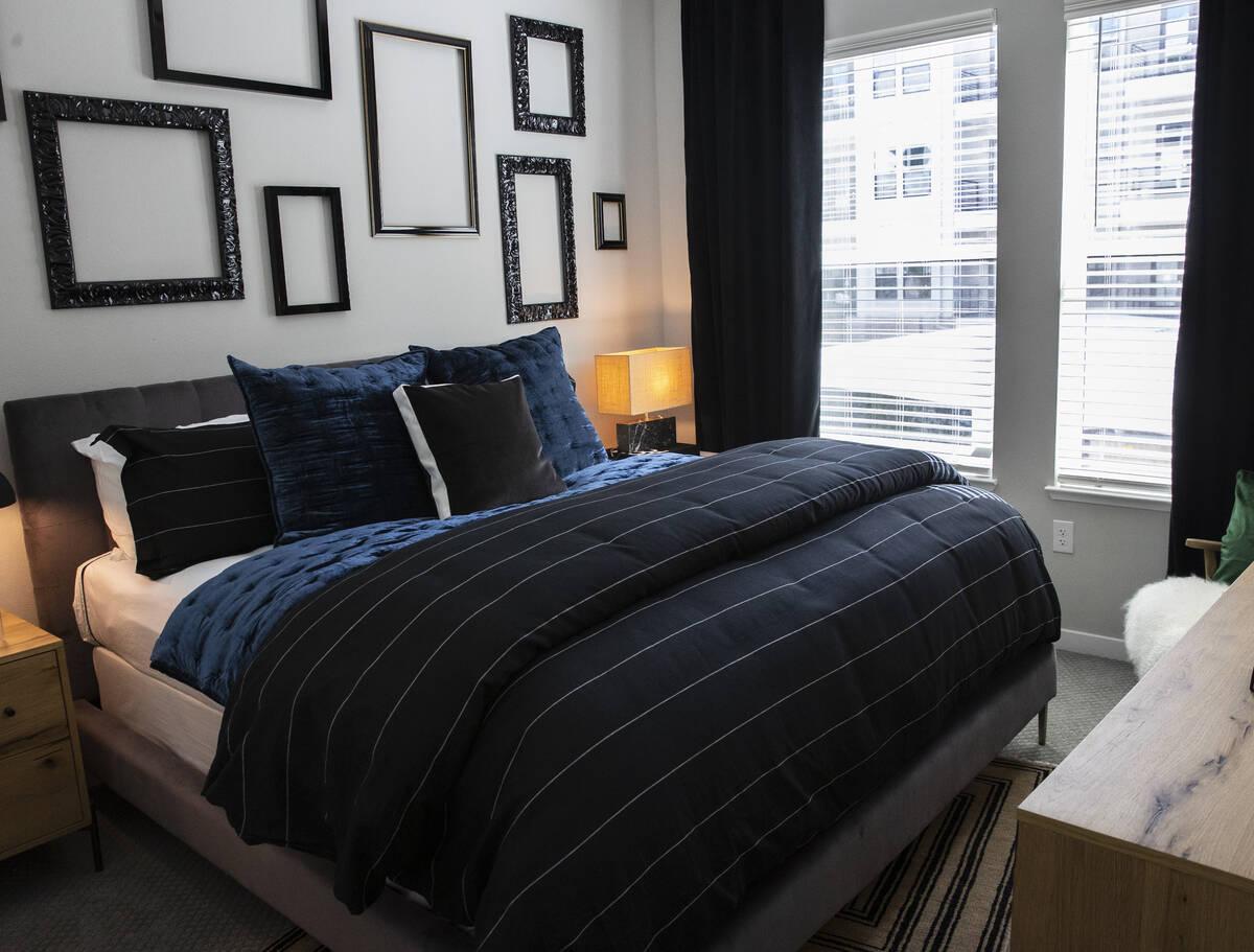 Se muestra un dormitorio en un apartamento de un dormitorio en Auric Symphony Park, la primera ...