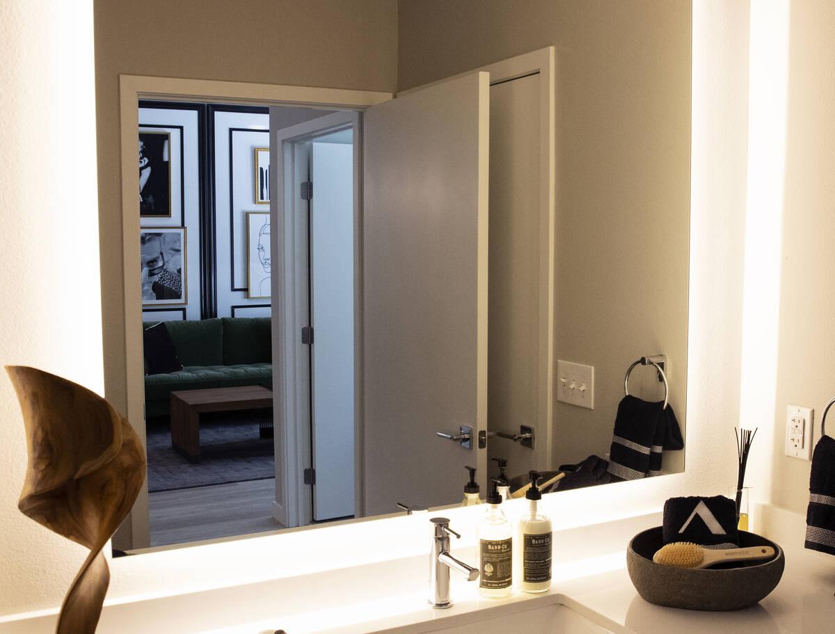 Un salón se refleja a través de un cristal del baño en un apartamento de un dormitorio en Au ...