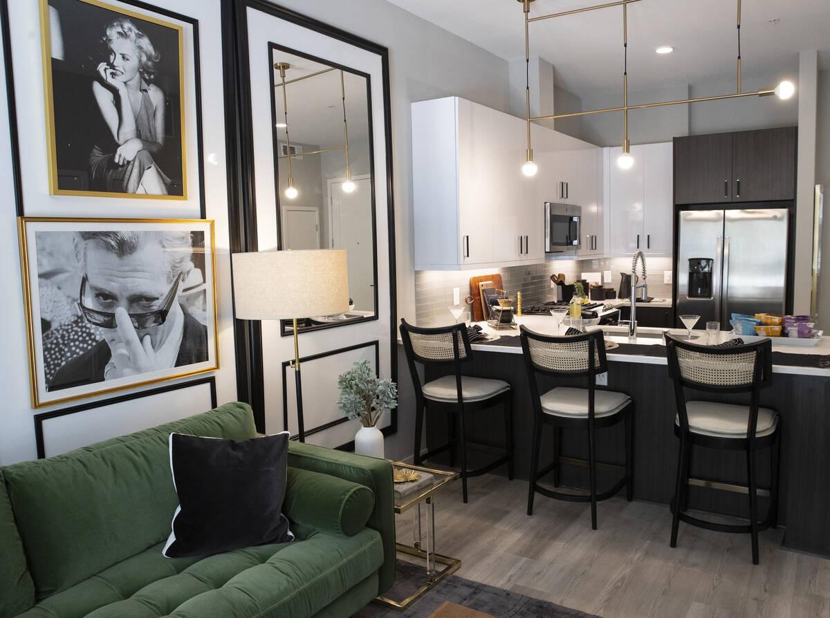 Un salón y una zona de cocina se ven en un apartamento de un dormitorio en Auric Symphony Park ...