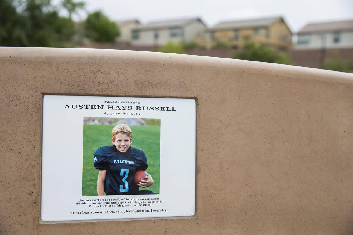 Una foto de Austen Russell en uno de los bancos del Paradise Pointe Park es un recuerdo permane ...