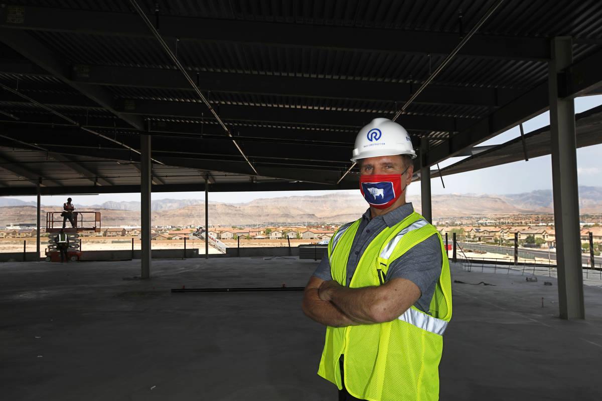 Joseph Sorge, miembro gerente de Digital Desert, LLC. habla con el Review-Journal en el sitio d ...