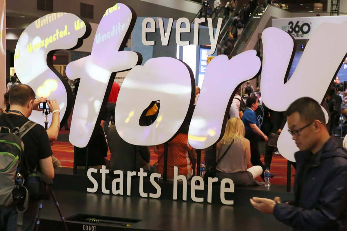 Asistentes a la feria de la National Association of Broadcasters (NAB) llegan al Las Vegas Conv ...