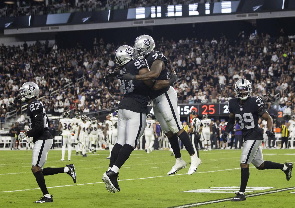El defensive end de los Raiders, Quinton Jefferson (77), y el defensive tackle de los Raiders, ...