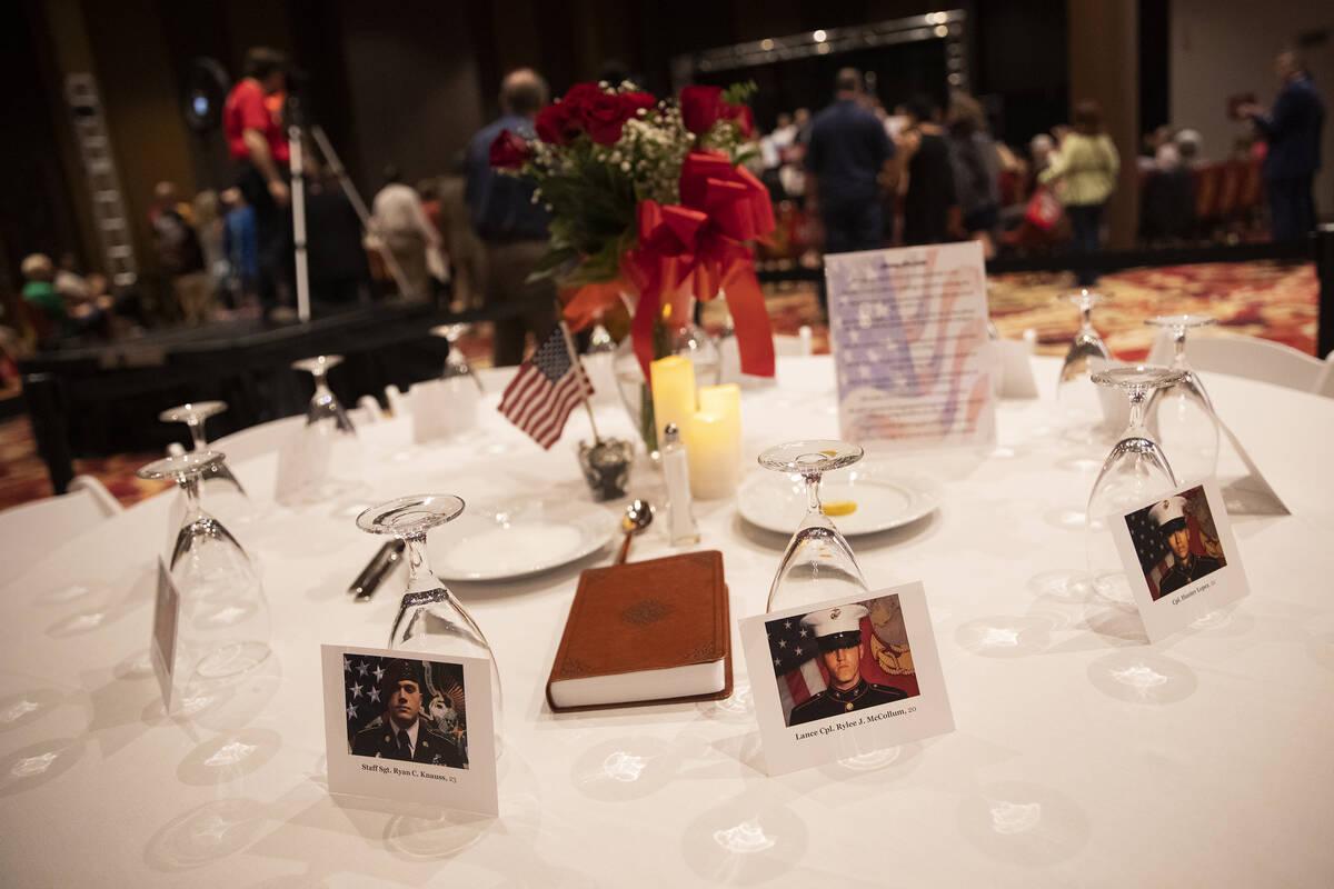Una mesa con las fotos de los trece militares estadounidenses fallecidos durante los atentados ...