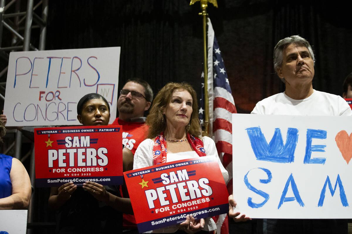 """Gente escucha a oradores durante el evento de inicio de campaña """"Fight for Freedom"""" en el Aher ..."""