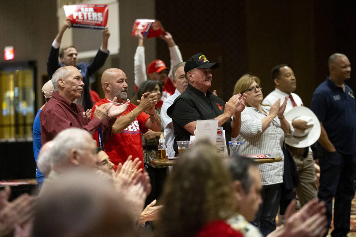 """Gente aplaude durante el evento de inicio de campaña """"Fight for Freedom"""" en el Ahern Hotel el ..."""