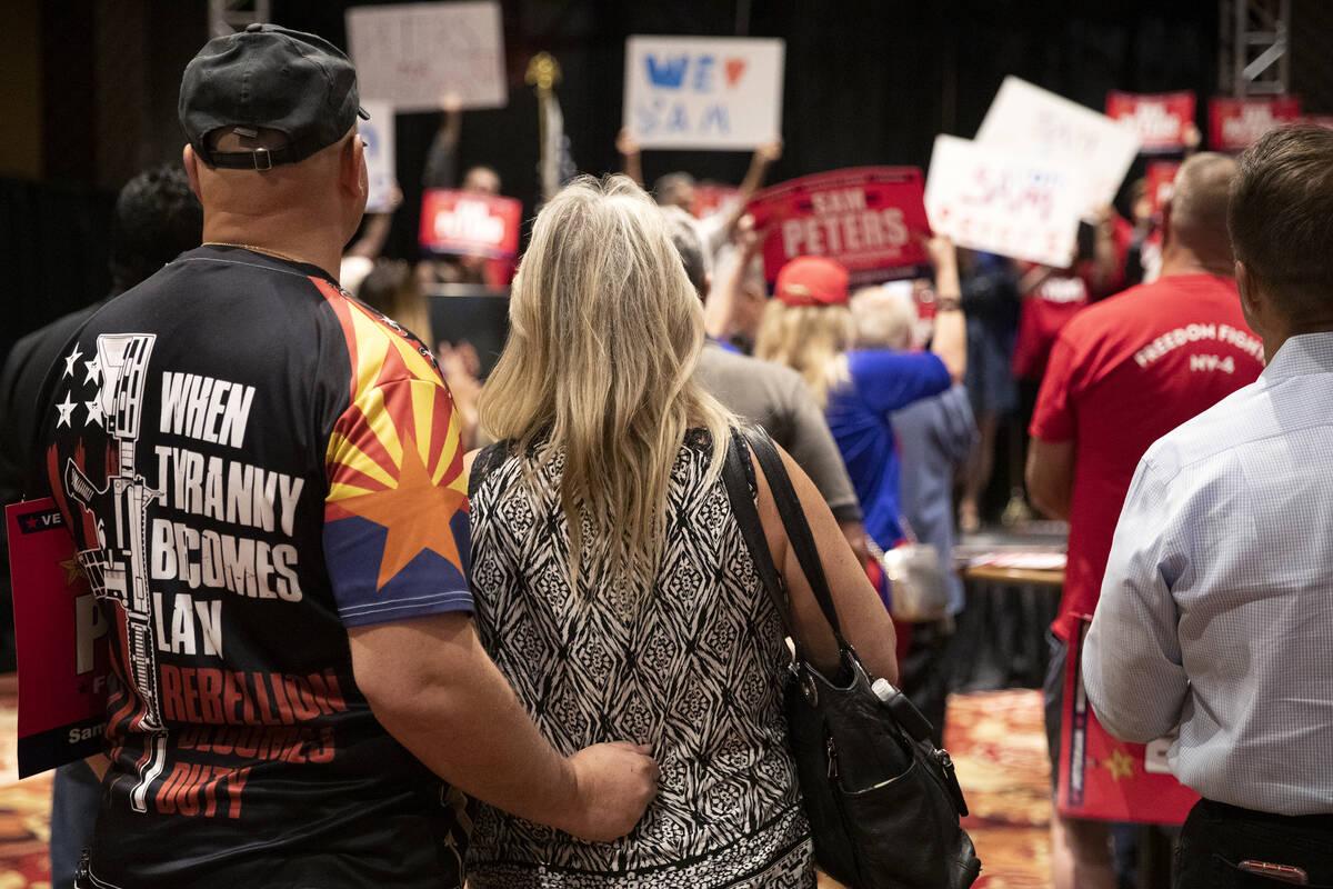 """Un asistente lleva una camiseta que dice """"cuando la tiranía se convierte en ley la rebelión s ..."""