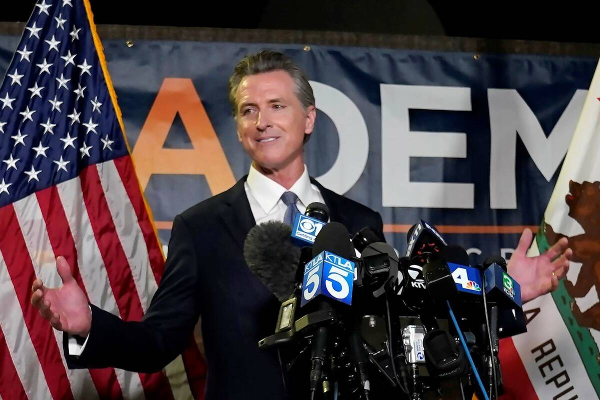 El gobernador de California, Gavin Newsom, se dirige a los periodistas después de superar el i ...