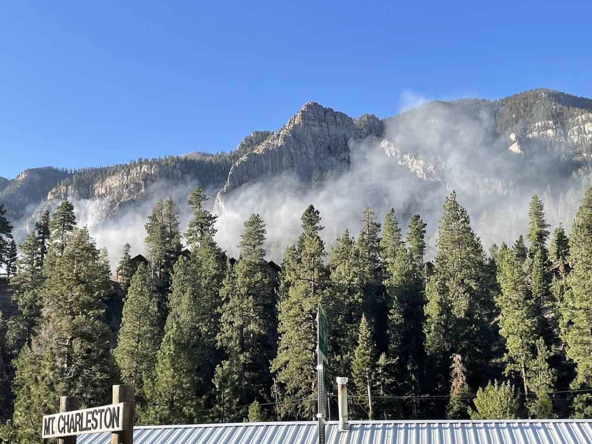 Se puede ver humo de un incendio que dañó el Monte Charleston Lodge el viernes 27 de septiemb ...