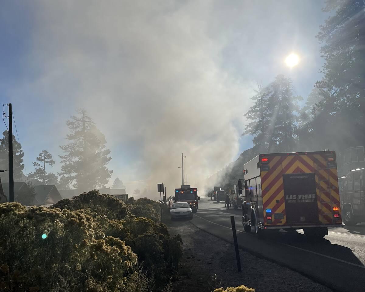 Los equipos de emergencia en la escena de un incendio que dañó un alojamiento en el Monte Cha ...