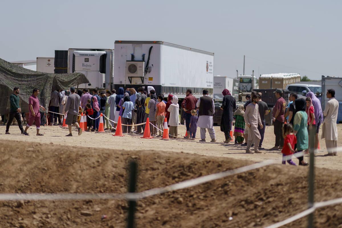Refugiados afganos hacen fila para recibir comida fuera de un comedor en la Aldea Doña Ana de ...