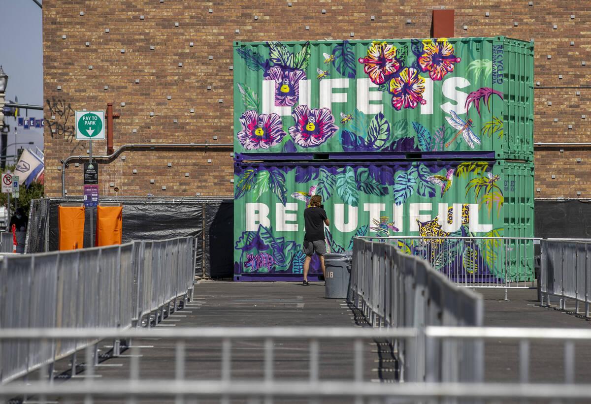 Contenedores de arte están en su lugar alrededor de una entrada a Life is Beautiful de South 6 ...