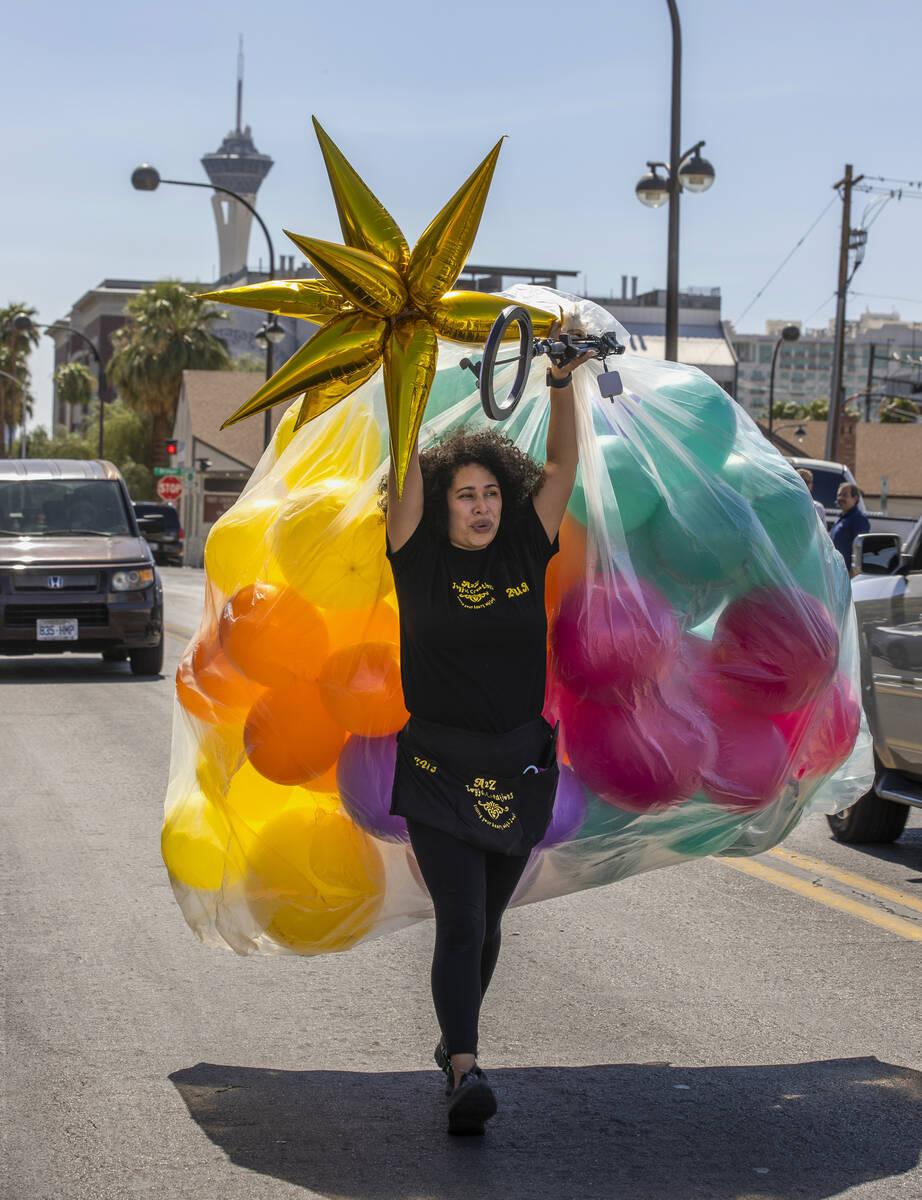 Zua Justo con A2Z Joyful Creations lleva algunos globos a una entrada para Life is Beautiful a ...