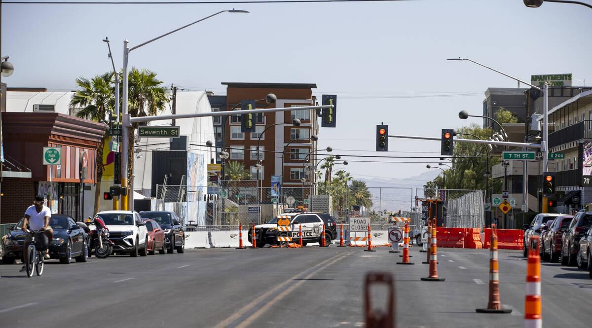 El tráfico está bloqueado para Life is Beautiful a lo largo de West Carson Avenue en South 7t ...