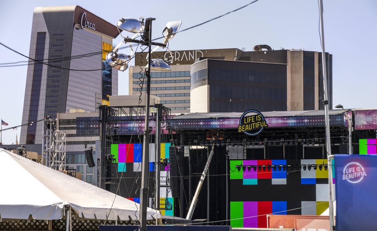Las pantallas de video del escenario principal de Life is Beautiful se preparan el jueves 16 de ...