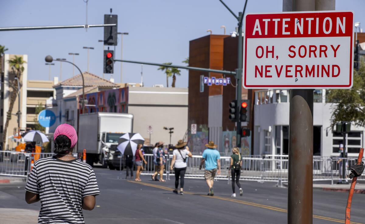 Un divertido letrero sobre Life is Beautiful en South 7th Street el jueves 16 de septiembre de ...