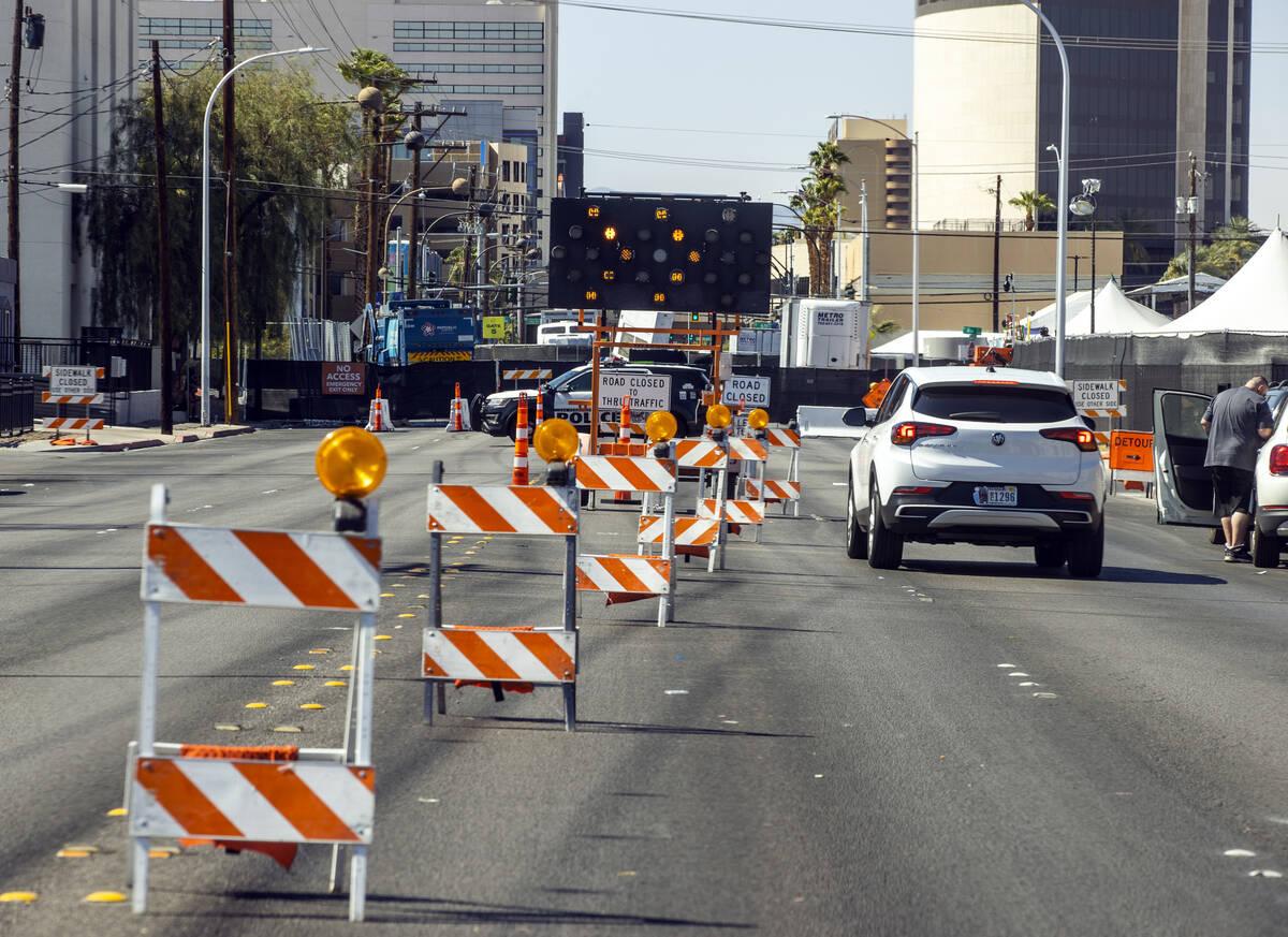 El tráfico es redirigido por Life is Beautiful mientras Stewart Avenue está cerrada cerca de ...