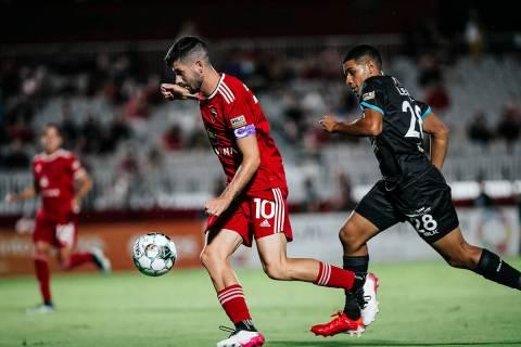 Jon Bakero (10) mediocampista de Phoenix Rising FC anotó el cuarto gol de la noche, en la foto ...