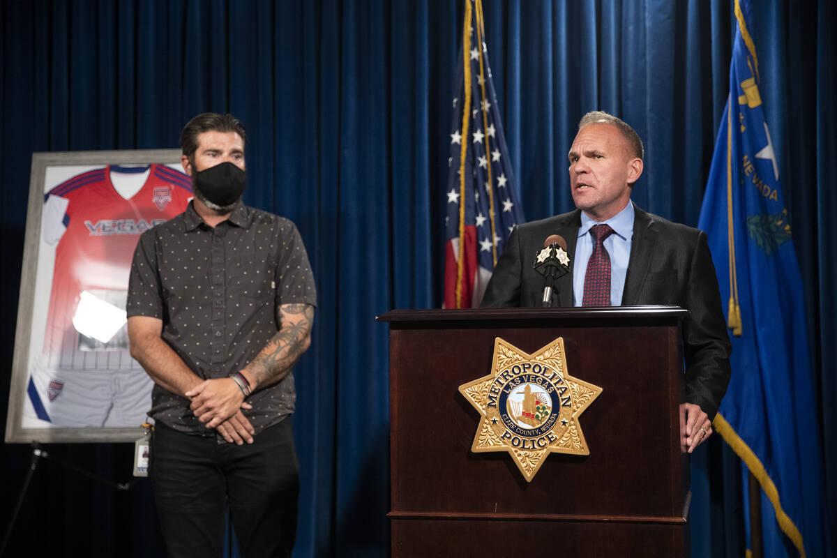 El capitán John Pelletier, a la derecha, y Lee Gugino dan una rueda de prensa sobre Mia Gugino ...