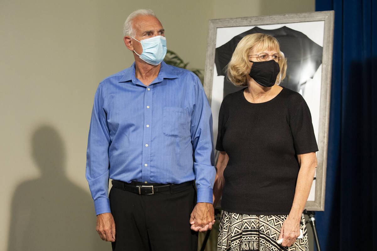 Los abuelos de Mia Gugino, Gary y Judith Gugino, escuchan durante una rueda de prensa sobre su ...