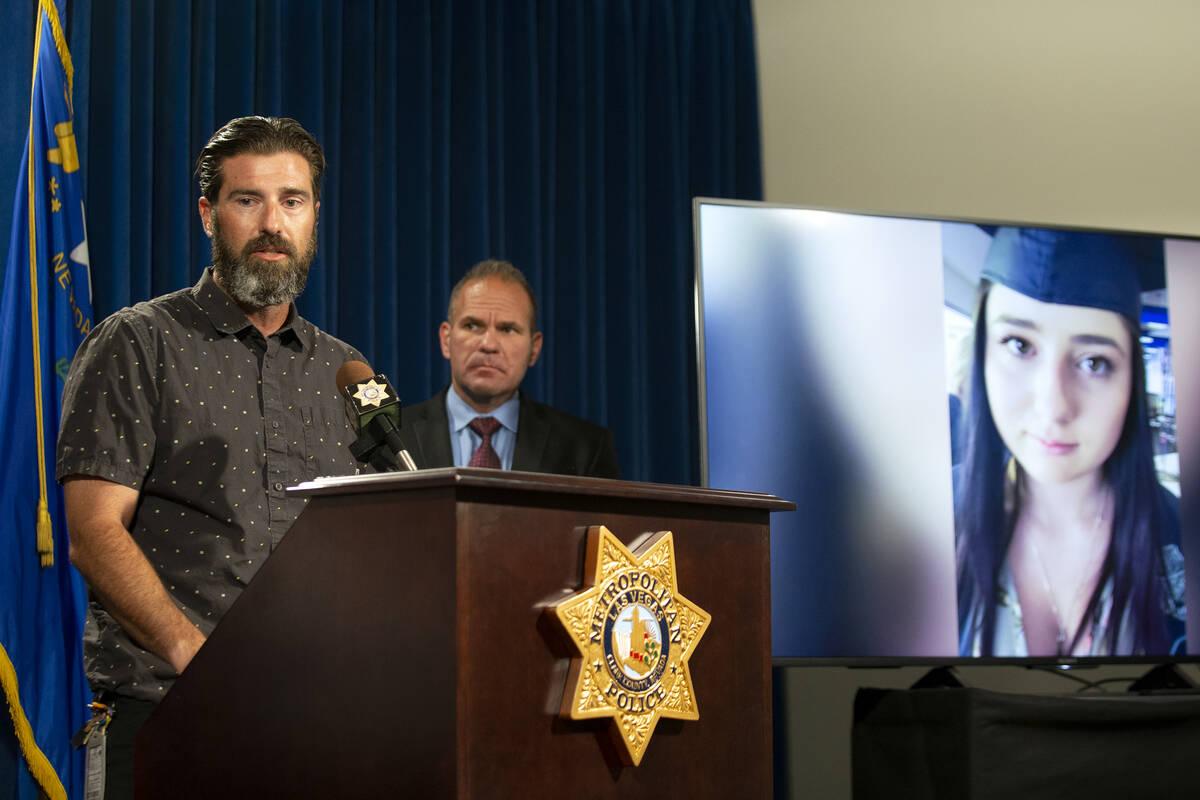 Lee Gugino, a la izquierda, habla durante una rueda de prensa sobre la muerte por sobredosis de ...