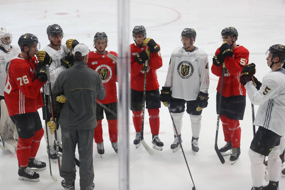 Los jugadores de los Vegas Golden Knights participan durante el campamento de novatos en City N ...