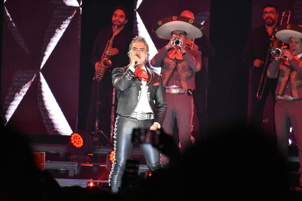 "Luciendo su excelsa voz, Alejandro Fernández cantó grandes éxitos como ""Caballero"", ""G ..."