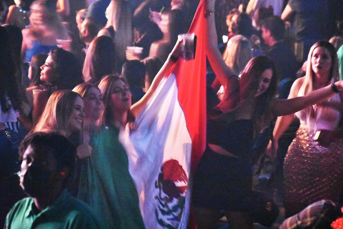 El público mexicano disfrutó de cada instante de la presentación de Alejandro Fernández en ...
